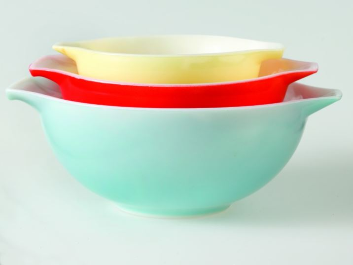 Vintage kitchen brands pyrex by Kate Beavis Vintage Home (photo by Simon Whitmore for FW Media)