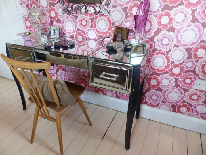 Vintage bedroom with mirrored furniture by Kate Beavis Vintage Home Blog