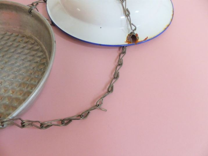 DIY Tutorial: Vintage Bakeware Bird Feeders by Kate Beavis